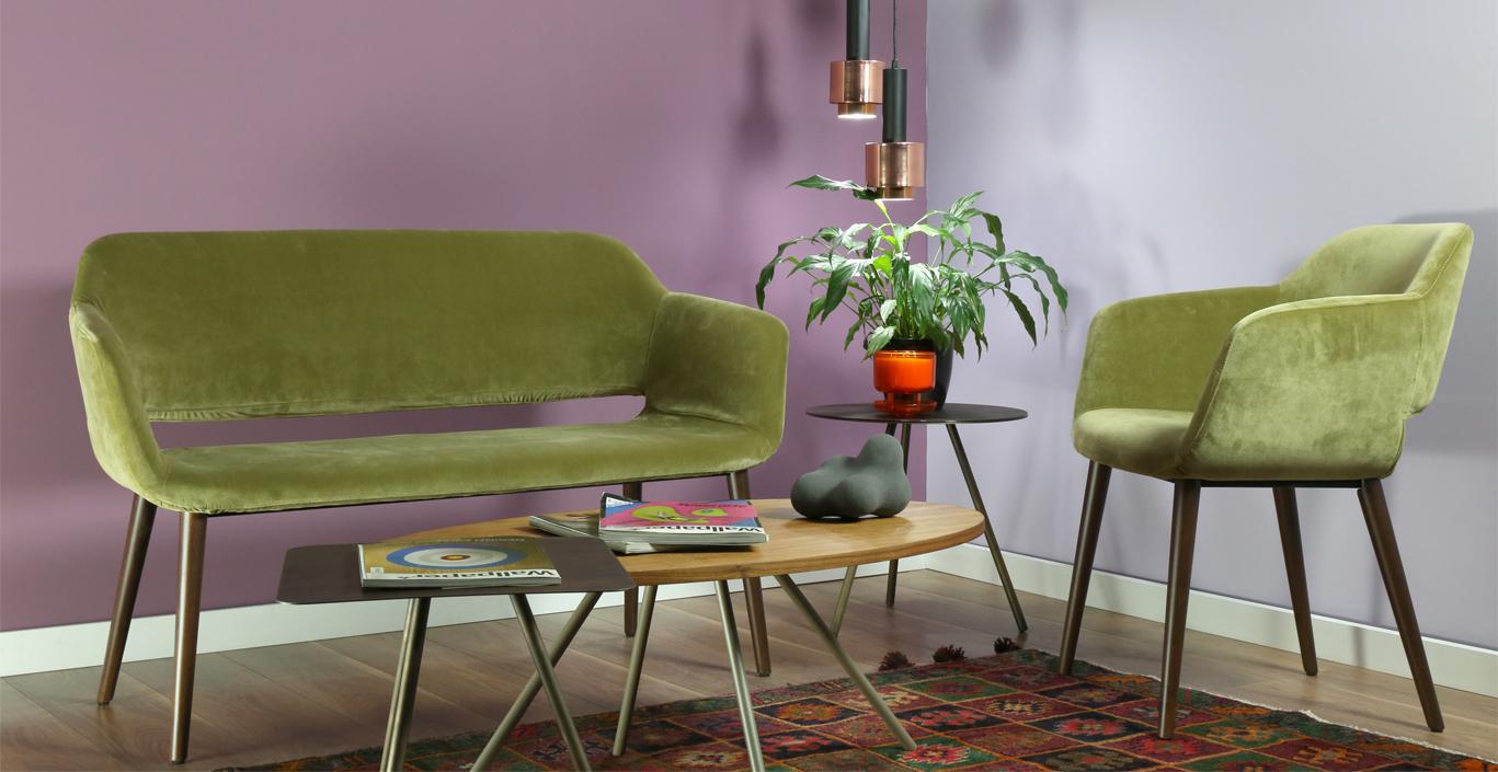 μωβ τοίχος με έπιπλα σε διάφορα χρώματα